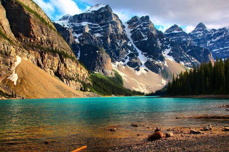 Lake Moraine visto de uma outra perspectiva. Muito amor pelo Banff Nacional Park e toda a região das Montanhas Rochosas Canadenses.  Confira o roteiro do Banff em http://ift.tt/1ZbGH4z.  Lá você também encontrará os roteiros do Jasper Yoho Kootenay Waterton e muito mais!  #banff #banffnationalpark #canada #alberta #pegadasnaestrada #viajenaviagem #missãovt #aprendizdeviajante #photography #aquelasuaviagem #photooftheday #love #blogmochilando #topdestinos #selfievip #sejafelizsejaoff…