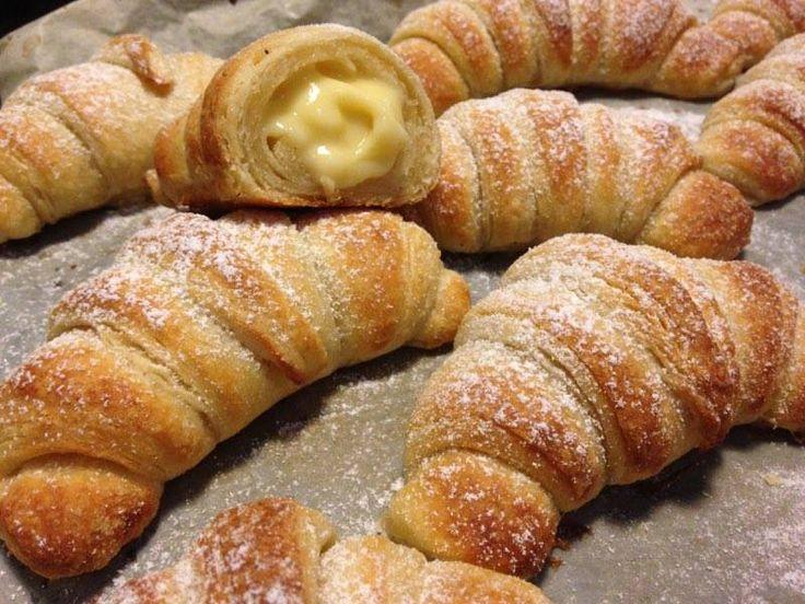 i cornetti alla crema sono dei deliziosi cornetti di pasta lievitata sfogliata e farciti con deliziosa crema allavaniglia perfetti per il buon giorno