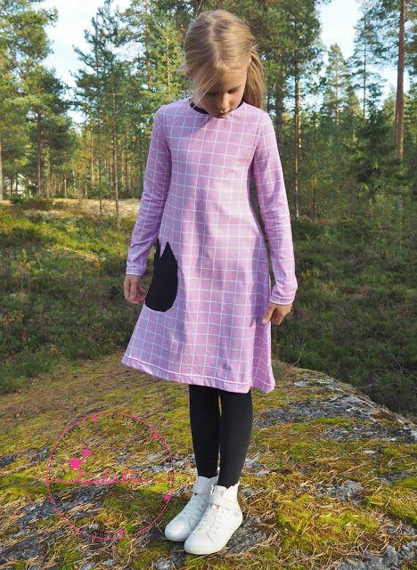 Mekko kissataskulla koululaiselle. School girl dress with catpocket.