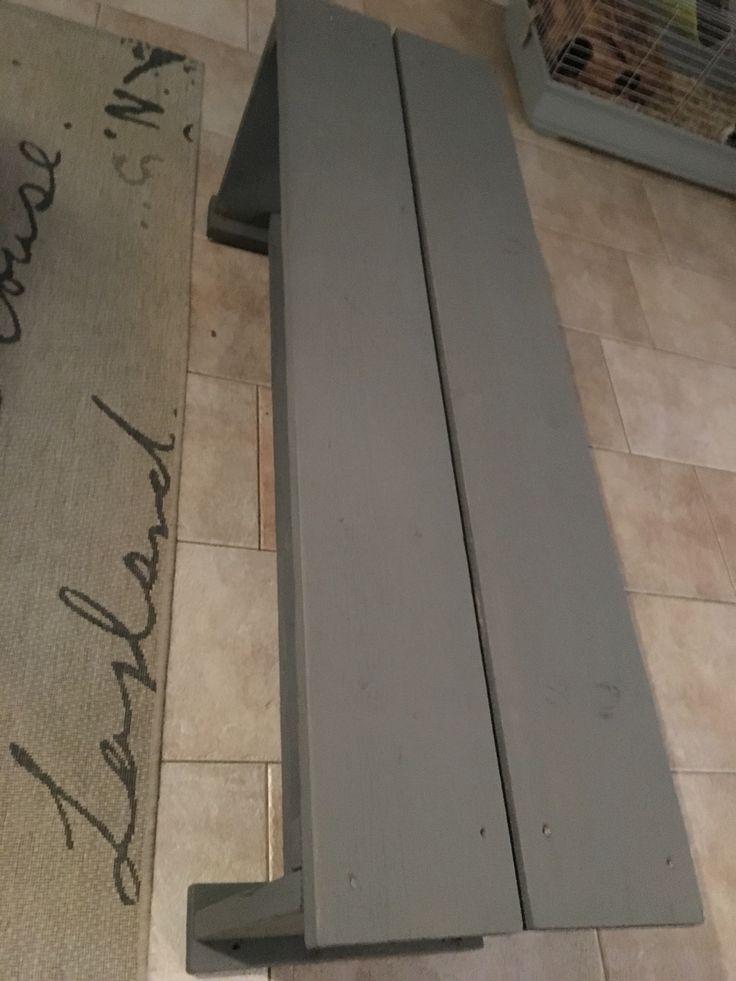Bankje geverfd met grijze krijt verf