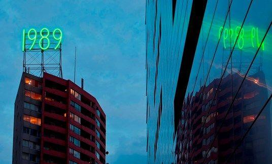 Waar te vinden? Hillekopplein 143 Jaar: 1991 Het verhaal: Het bouwjaar van de Hillekopflat op Zuid is 1989: de groene neoncijfers markeren dit. Wist je trouwens dat het eerste voorstel was om het woord ZUID op het dak te plaatsen?