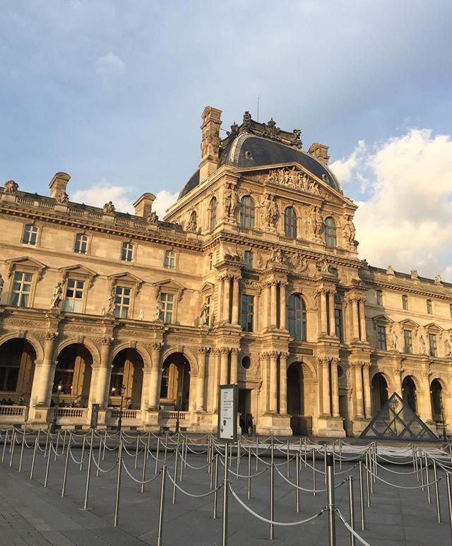 De lange turisterkøer foran (et solbeskinnet) Louvre er væk i dagens anledning  @louisvuitton afslutter den parisiske modeuge  med et af byens mest kendte vartegn som ramme #pfw #paris #modeuge  via ELLE DENMARK MAGAZINE OFFICIAL INSTAGRAM - Fashion Campaigns  Haute Couture  Advertising  Editorial Photography  Magazine Cover Designs  Supermodels  Runway Models