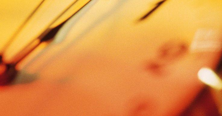 Como limpar e lubrificar um relógio de corda antigo. Relógios de corda antigos são um pedaço da história de um tempo antes da automação e eletricidade. Feitos de latão fino e mecanismos de roda intrincados, esses relógios devem ser limpos pelo menos uma vez por semana para continuar funcionando corretamente. À medida que as rodas se movem dentro dele, eles podem se tornar cobertos de poeira que ...