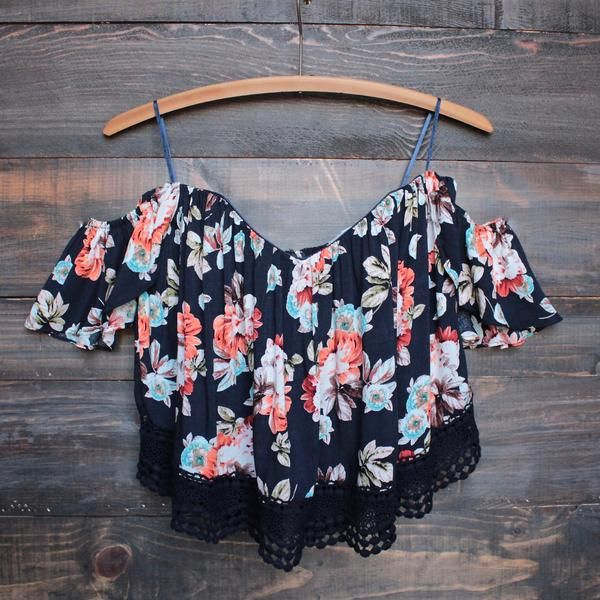 This amazing updated bohemian style off the shoulder boned bodice crop top features a sweetheart neckline with an exposed zipper back, and lace trim. Flowy and