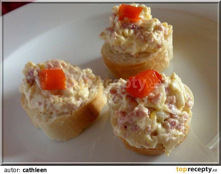 Salám a vejce nastrouháme na hrubším struhadle, cibuli drobně pokrájíme, česnek utřeme.Máslo utřeme se sýrem, přidáme hořčici, tatarku a ostatní...