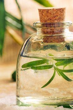 DIY-Rezept für belebendes Massageöl, die duftenden Wirkstoffe des Massageöls beleben und regen die Sinne wieder an ...