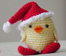 Un adorabile amigurumi pulcino natalizio con tanto di cappello da Babbo Natale.  L'autrice del tutorial è Sanda di Pepika.com.  Qui il Tutorial originale in inglese di San...