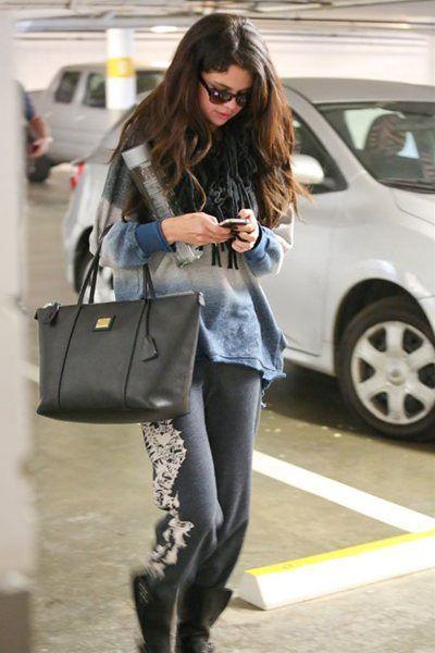 ハリウッドで撮影されたセレーナ・ゴメス の最新ファッション。黒のパンツがポイント。セレブカジュアルなスナップ。Selena-Gomez_130116