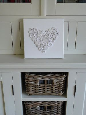Leuk idee! Een hart getekend op canvas en dit vol met knoopjes genaaid. Lijkt me ook leuk in kleur.