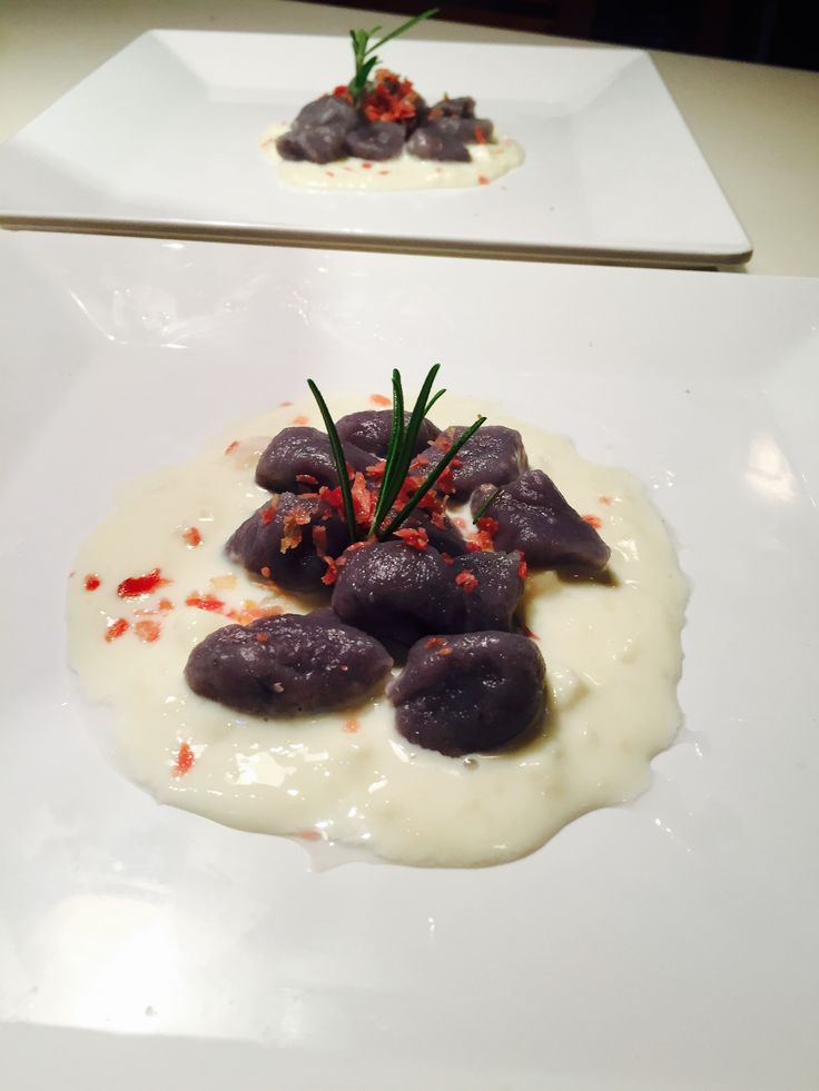 Gnocchi di patate viola su fonduta di taleggio e polvere di speck