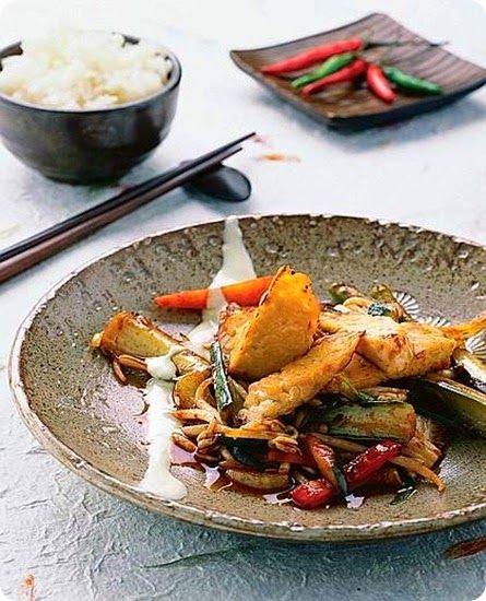 Verdure saltate con tempeh  Ingredienti: per 4 persone  400 g di tempeh 100 g di zucchine 100 g di cavolo cinese 100 g di carote 100 g di sedano rapa 100 g di germogli di soia 1 porro 1 peperone rosso 1 finocchio 1 pezzetto di radice di zenzero di 2-3 cm 3 spicchi di aglio 4 cucchiai di salsa di soia 2 cucchiai di miele liquido 1 cucchiaino di peperoncino in polvere 1 dl di yogurt naturale 2 cucchiai di olio di sesamo 2 cucchiai di olio extravergine di oliva sale pepe nero in grani
