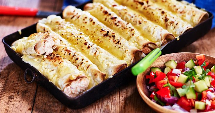 Enkla enchiladas att fixa när magarna kurrar. Använd färdiggrillad kyckling och cottage cheese med sting av mexican salsa som ger härlig smak till dessa enchiladas.