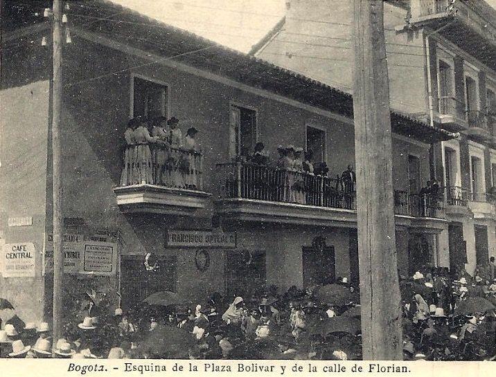 Esquina de la Plaza de Bolivar y la calle de Florián en Bogotá, en los años 10s del siglo XX