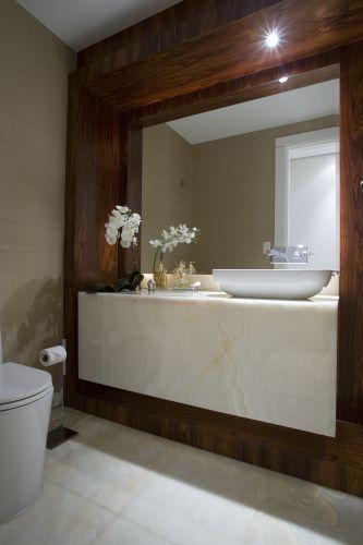 Lavabo do arquiteto Leonardo Junqueira. São 2,67 m². O piso é a bancada são de mármore e a cuba é da Deca, assim como a bacia e o misturador