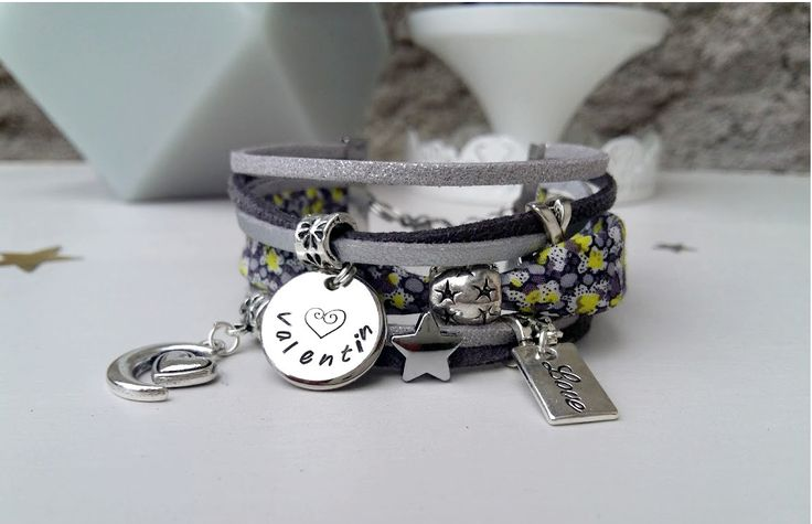 Manchette bracelet liberty à personnaliser : 1 médaille prénom à graver et 2 breloques au choix. Pièce unique : Bracelet par chere-lisa-bijoux