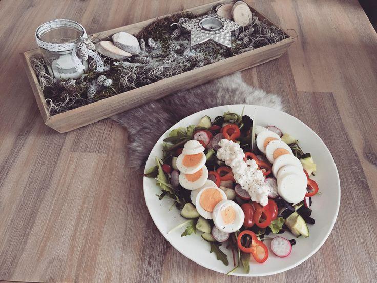 Vegetarische salade met ei, komkommer, tomaat, radijs en huttekase