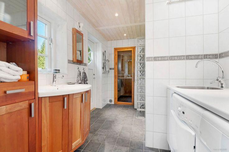Badrum/tvättstuga med bastu och utgång.på gavelsidan.