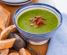 Recept voor romige spinaziesoep met courgette en spekjes 0,5 el olijfolie 200 g spekreepjes 1 ui, gesnipperd 1 courgette, in kleine blokjes 1 liter warme groentebouillon 300 g bladspinazie 125 ml crème fraîche
