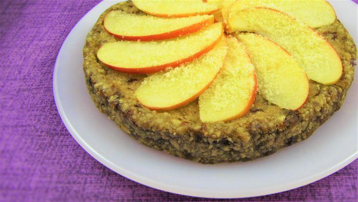 La torta di mele vegana in versione crudista non contiene zuccheri aggiunti e vi stupirà grazie alla dolcezza naturale dei suoi ingredienti.