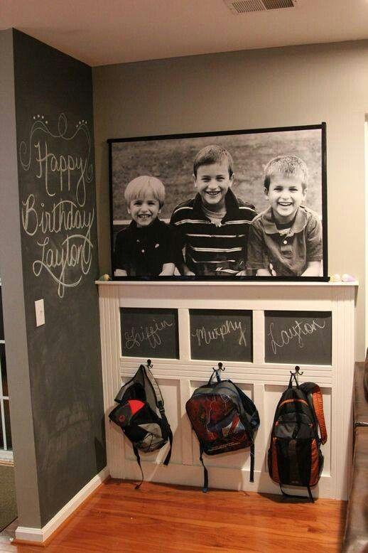 Wunderschöne Kindergarderobe mit Tafel, Haken und großen Schwarz-Weiß-Foto der Kindern. Tolle Garderobenidee für Haushalte mit mehreren Kindern!