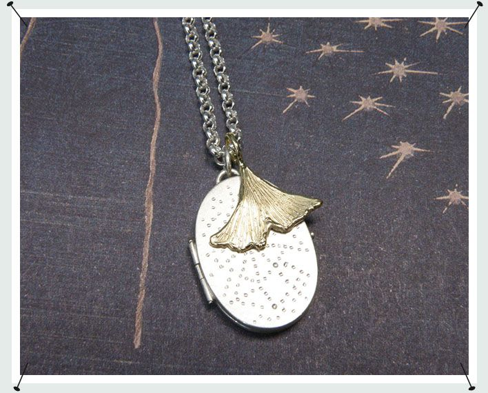 collier  * medaillon van eigen zilver vervaardigd met handgravure op een zijde en stippen patroon op andere zijde  * ginkgo blad hanger van eigen goud vervaardigd  * beiden gedragen aan zilveren ketting  * maatwerk