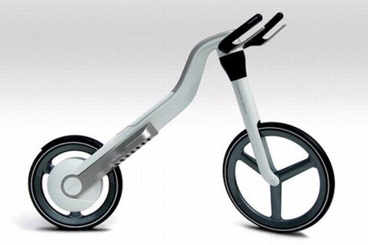 Una 'bici' che si 'pedala' stando in piedi. Qui siamo nell'estremo ma anche nel veramente innovativo. La trasmissione è diretta alla ruota posteriore, e si aziona tramite due pedane basculanti. Non è esattamente come pedalare e sembra uno stepper. Prende ispirazione da qualche attrezzo da palestra.