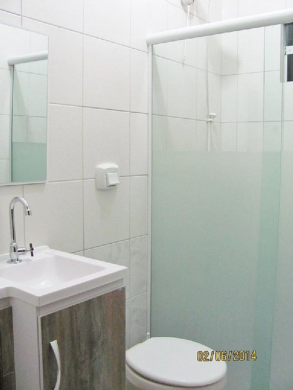 Ba os blancos peque os con ducha buscar con google for Ideas para banos con ducha