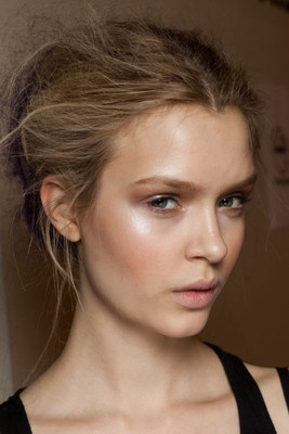 dewy makeup. not a fan of that eye makeup but her skin looks gorgeous!