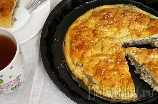 Спасибо огромное Лидии за такой суперский рецепт пирога!  Кефир, псилиум и дрожжи смешиваем и ставим в тепло минут на 15.  Взбиваем творог, яйцо и кефир с псилиумом и дрожжами миксером, добавляем 1 ст. л. клейковины, 2 ст. л. с большой горкой изолята.  Замешиваем тесто, чуть липнущее к рукам (при необходимости можно добавить чуть изолята). Скатываем в шар и ставим на 30-40 минут в тепло, чтобы тесто поднялось.  Пока подходит тесто, нарезаем небольшую луковичку полукольцами. Припускаем в…
