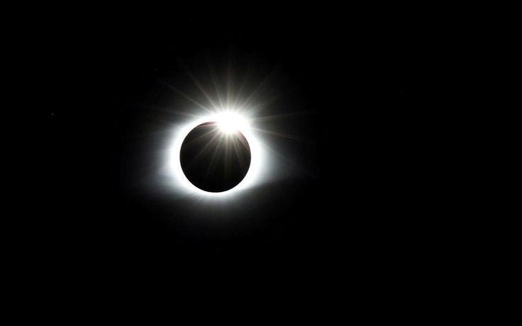 Εντυπωσιακή ολική έκλειψη ηλίου . Εκατομμύρια Αμερικανοί έστρεψαν χθες τα βλέμματά τους στον ουρανό για να παρακολουθήσουν την ολική έκλειψη του Ηλίου, που έγινε ορατή στις ΗΠΑ για πρώτη φορά μετά από έναν αιώνα. Το ορατό «μονοπάτι» της ολικής έκλειψης, πλάτους 113 χιλιομέτρων, άρχισε στον Ειρηνικό Ωκεανό, διέσχισε το κέντρο των ΗΠΑ από το Όρεγκον έως τη Νότια Καρολίνα και κατέληξε στον Ατλαντικό. Συνολικά πέρασε πάνω από 14 πολιτείες των ΗΠΑ.