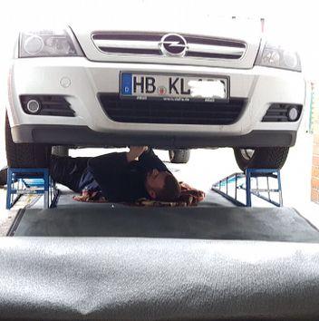Selbst ist der Mann  #europe #germany #bremen #werkstatt #selfmade #radlager #lambdasonde #winterreifen #beard #bearded #men #work #opel #cold #repairboy #repair #outdoor #winter #cars #carsofinstagram #kkt #mechanic #carrepair