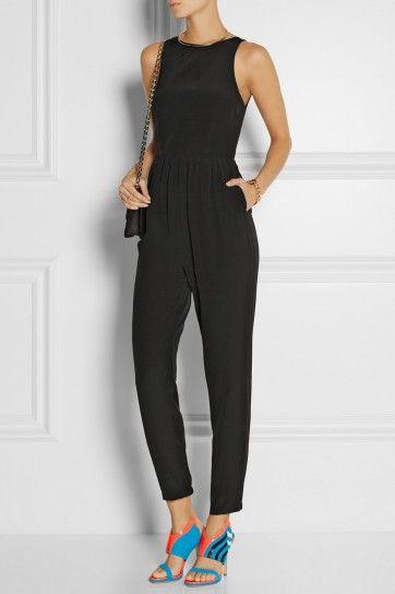 Look nero con scarpe blu - Jumpsuit in total black abbinato a sandali in colori a contrasto.
