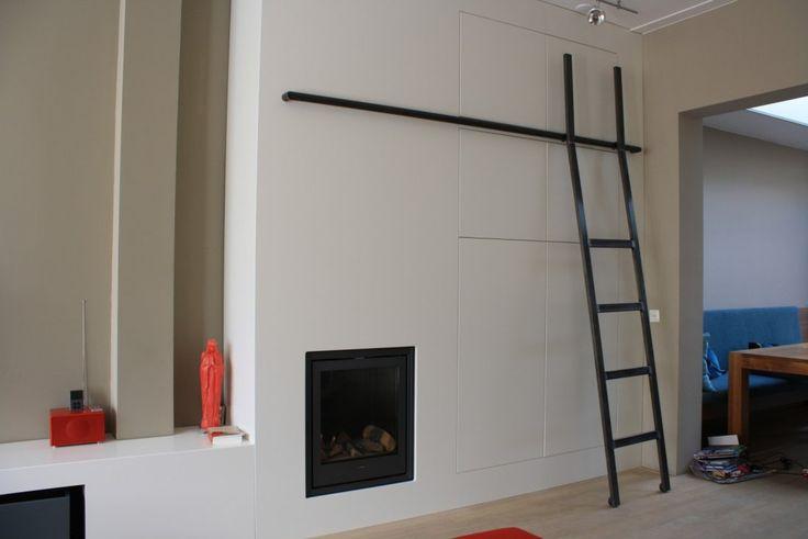 Wandkast op maat met gashaard en bibliotheekladder. Kijk op Walhalla.com voor meer interieur-inspiratie!