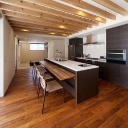 外断熱の家・自由が丘のコートハウスの部屋 キッチン奥には畳スペース