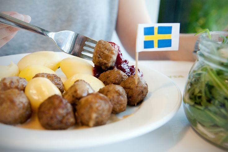 DER IKEA-KÖTTBULLAR-CHECK: Auch wenn es manche vielleicht glauben: Hotdogs sind nicht das schwedische Nationalgericht. Es sind Köttbullar, die schwedischen Hackbällchen. Und viele kennen die vor allem von IKEA. Aber wie schwedisch sind die Köttbullar von IKEA wirklich?