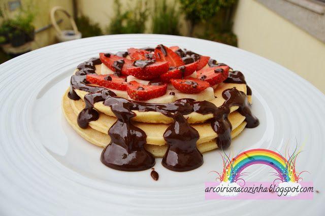 Arco-íris na Cozinha: Panquecas de Banana, Morangos e Chocolate