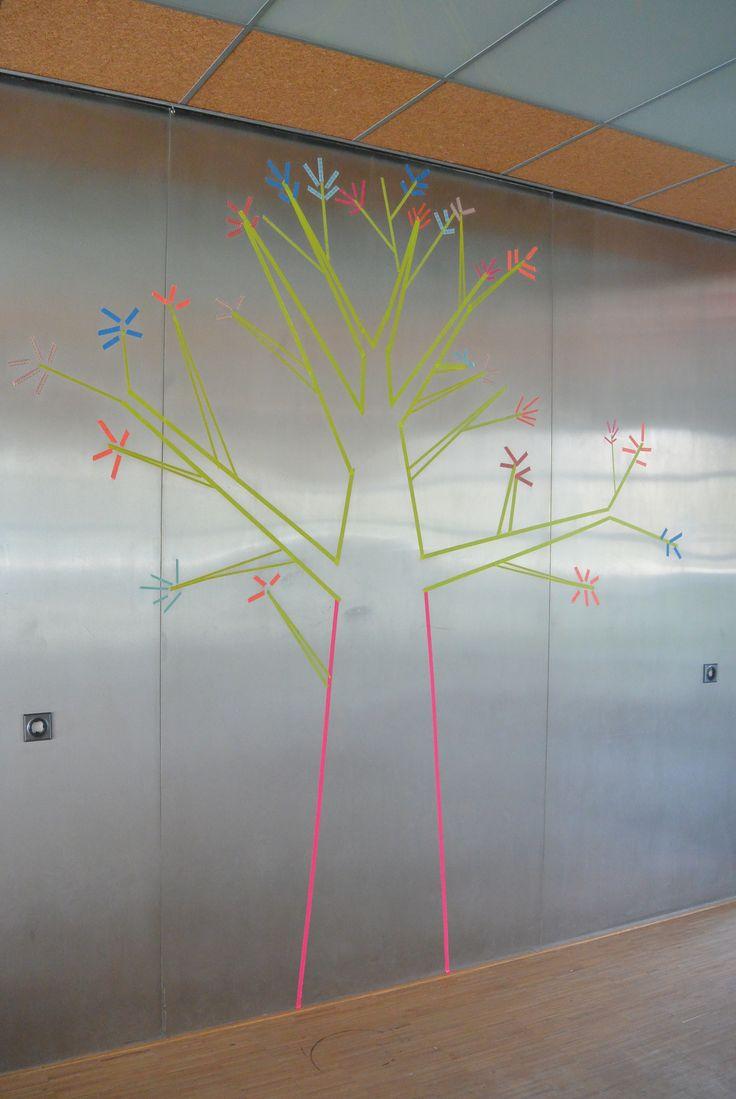 Saaie wand van gymnastiekruimte (voormalige UWV kantine) opgeleukt met boom van washi tape (verwijderbaar)