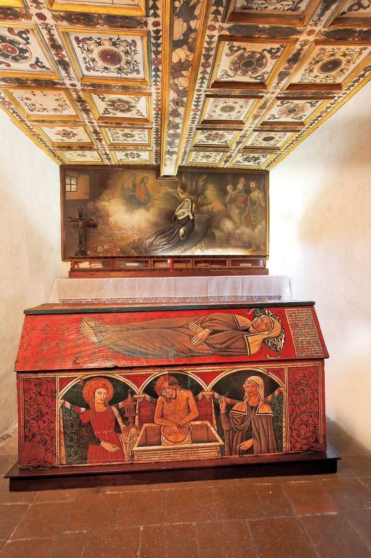Il valore della Cassa Solenne si deve al fatto che per quasi tre secoli contenne il corpo della Santa; alle due immagini, quella di Rita giacente e quella in gloria, all' epitaffio funebre dipinto sul coperchio, il quale dona significativi elementi biografici.