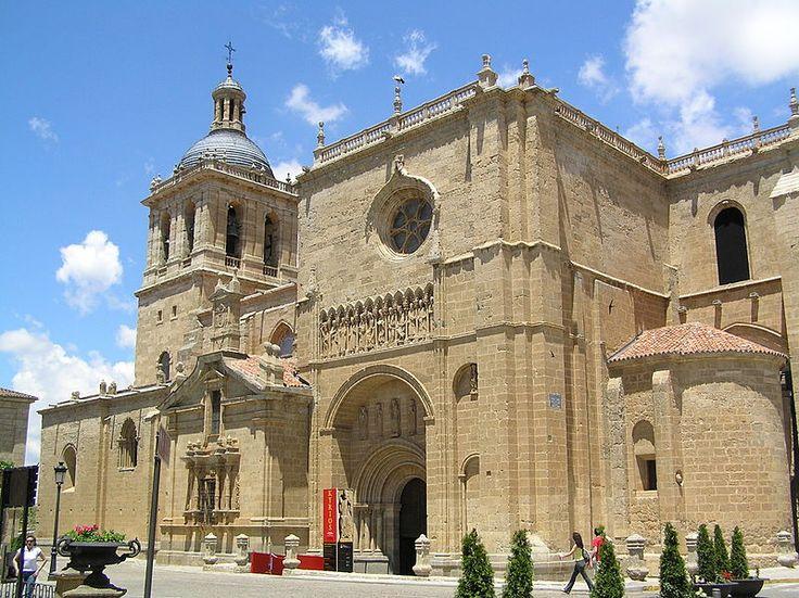 La catedral de Santa María de Ciudad Rodrigo comienza a construirse con Fernando II en el siglo XII y termina en el XIV. De estilos románico al gótico, su torre es del siglo XVIII. Tiene gran parecido con la catedral vieja de Salamanca, la de Zamora y la colegiata de Toro.