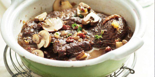 Riblappen en spekblokjes gesudderd in een saus van bouillon en port met paddenstoelen en een blokje koude boter.