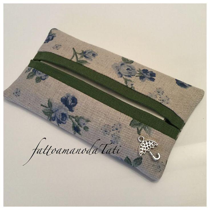 Porta fazzoletti di carta in cotone ecrù a roselline blu con bordo verde, by fattoamanodaTati, 8,00 € su misshobby.com