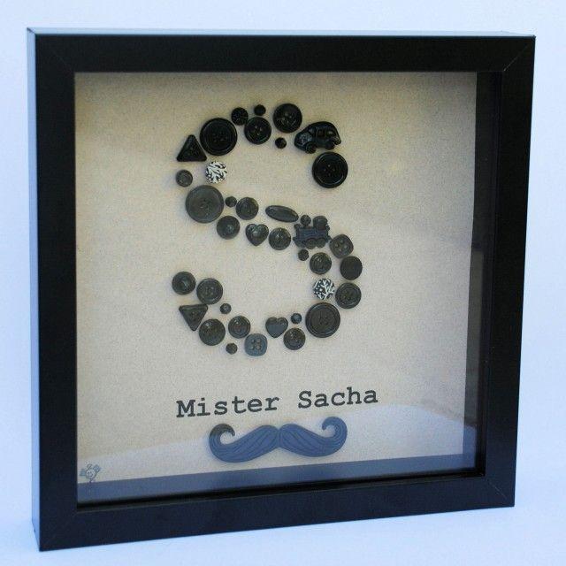 Mr. Moustache... Boutons et perles noirs sur fond gris beige. Mister Moustache, très masculin, humoristique. Un cadre sobre et original, idéal en cadeau de naissance à un petit Monsieur, mais également à un cadeau d'anniversaire pour un grand Moustachu…