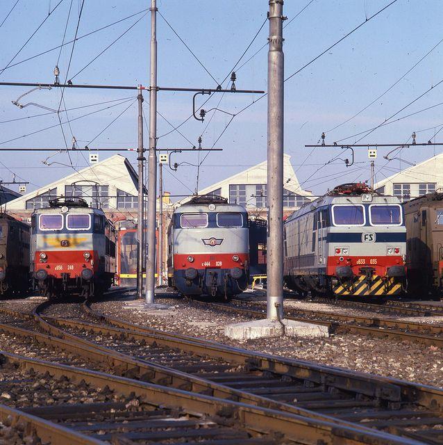 """In ordine da sinistra: locomotiva E656, una serie di locomotive elettriche articolate per treni viaggiatori, sviluppate per le Ferrovie dello Stato negli anni '70; locomotiva E444, tipiche motrici ferroviarie degli anni '60 molto potenti, di cui si dotarono le Ferrovie per l'utilizzo su tratte rapide; locomotiva E633, facente parte di una serie di locomotori elettrici multiruolo costruiti dalle Ferrovie dello Stato italiane all'inizio degli anni '80, dette anche """"Tigri"""" per la loro potenza."""