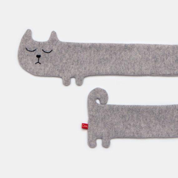Écharpe de chat  Jai tricoté cette écharpe à laide dune laine dagneau gris qui est belle et douce, et jai le visage de brodées à la main.  Une écharpe de bonne humeur pour vous garder confortable !  Longueur : 150cm  Veuillez noter : Cette écharpe est tricotée pour commander alors sil vous plaît permettent trois jours pour votre commande à être fabriqués et expédiés.  Merci de votre visite