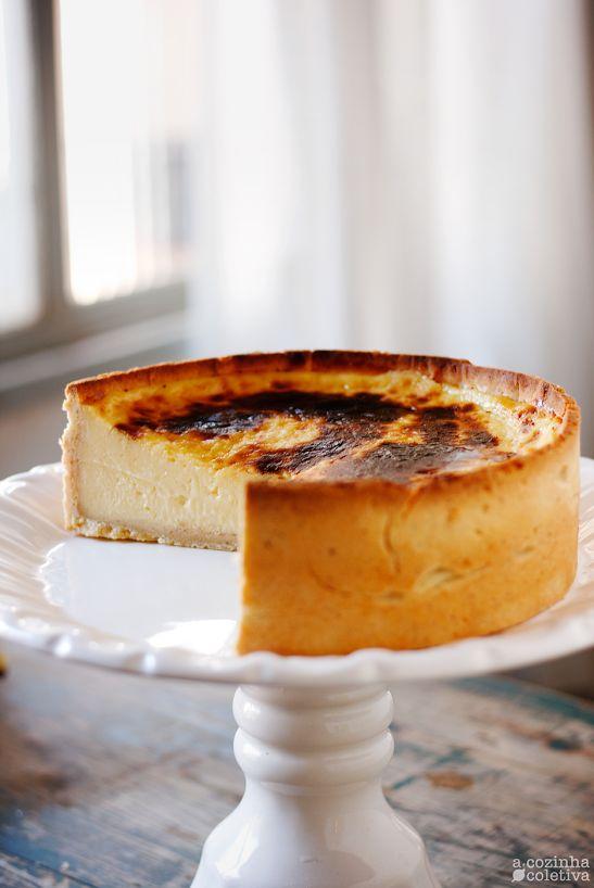 Flan Parisien do livro Doces - Maison Ladurée  massa brisée: 250g de farinha de trigo; 125g de manteiga gelada picada em cubos; 1 pitada de sal; 4 colheres de sopa de água; 2 gemas.  creme de confeiteiro: 2 favas de baunilha*; 500ml de leite integral; 325g de creme de leite fresco; 2 ovos; 2 gemas; 210g de açúcar refinado; 85g de amido de milho; 25g de manteiga sem sal.