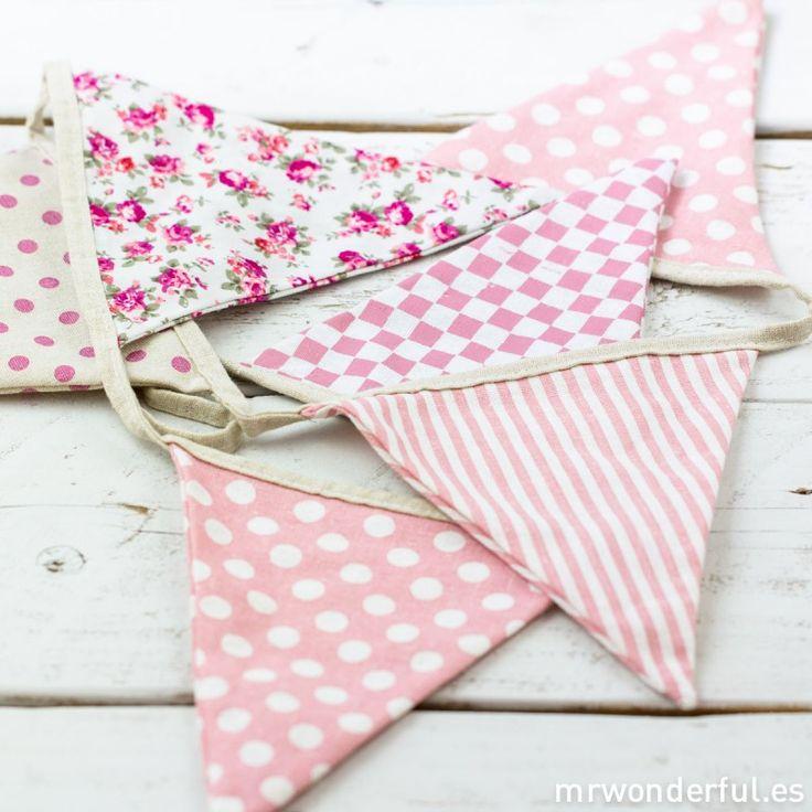 Guirnalda de tela con estampados en tonos rosa