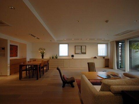 白金台S邸リビング-1 高級マンションリフォームの白金台S邸のリビングルームです。オーク三層フローリングの床に、オフホワイトの塗装壁と天井、オニグルミとオークの突き板の造作家具のシンプルモダンなインテリアです。