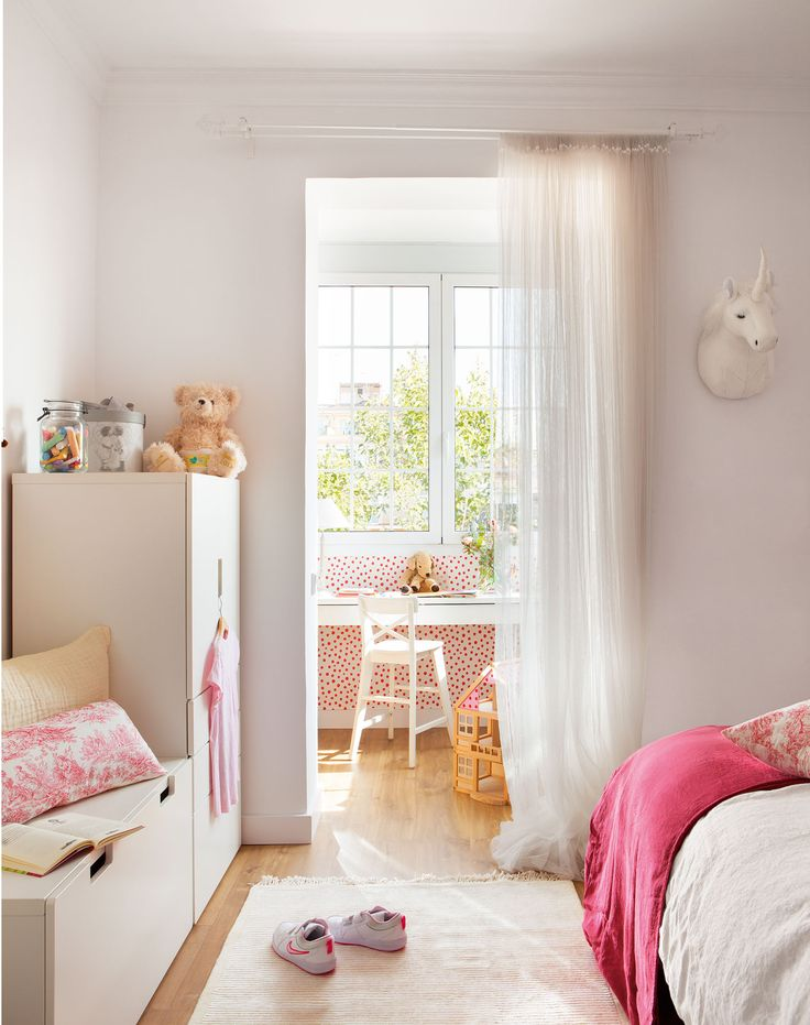 dormitorio infantil armario bajo lacado en blanco visillos y silla inglof todo de ikea