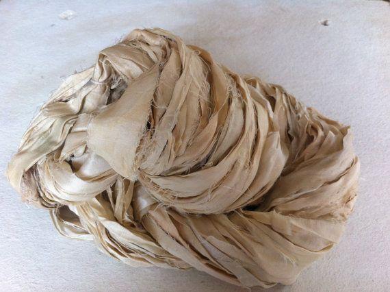 Ruban de soie de Sari, 100 grammes, grand écheveau de ruban pure soie artisanat riche de qualité. Fils de commerce équitable. Unique pour la fabrication de bijoux et plus encore.