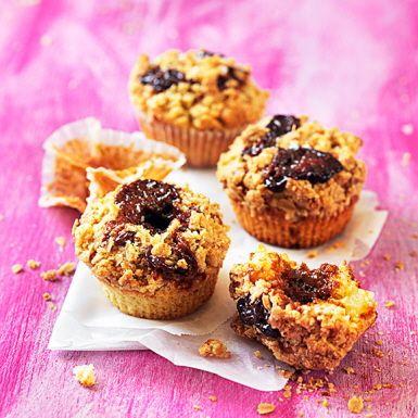 Grymt goda muffins med kolagömma under crunchigt smuldegstäcke. Bästa fikat vilken dag som helst! Kolakrämen som dessa päronmuffins är fyllda med hittar du på burk som karamelliserad mjölk eller dulce de leche. Byt päron mot hallon för en syrlig touch.